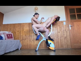 Sportive baisée sur son vélo d'appartement, sex acrobatique pendant l'entrainement en leggings