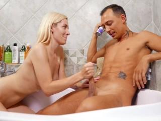Блондинка бреет член чтобы пососать. Дрочит. Фетиш. Доминация. (1 часть)