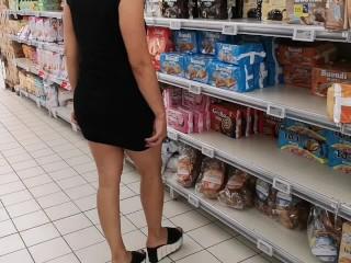 È pazza questa ragazza , esibizione nel supermercato e rimane nuda nel parcheggio,si toglie vestito
